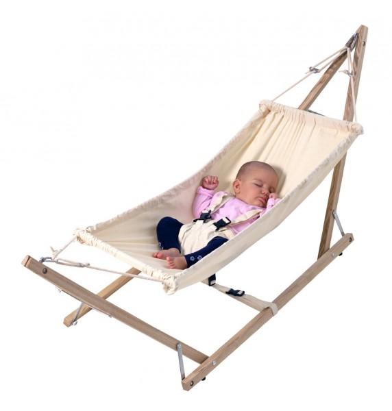 Die AMAZONAS Babyhängematte Koala kommt inklusive naturbelassenem Holzgestell und Sicherheitsgurt fürs Baby.
